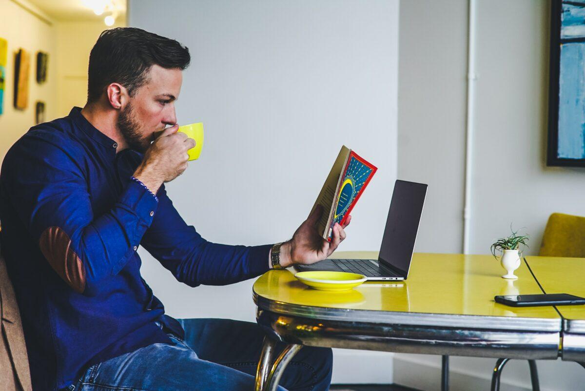 Чтение книги за кофе